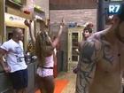 BBB13 Com pijama sensual, Karine Dornelas ouve provocação de Thyago Gesta