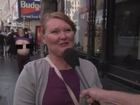 Pedestre exibe seios durante reportagem de TV